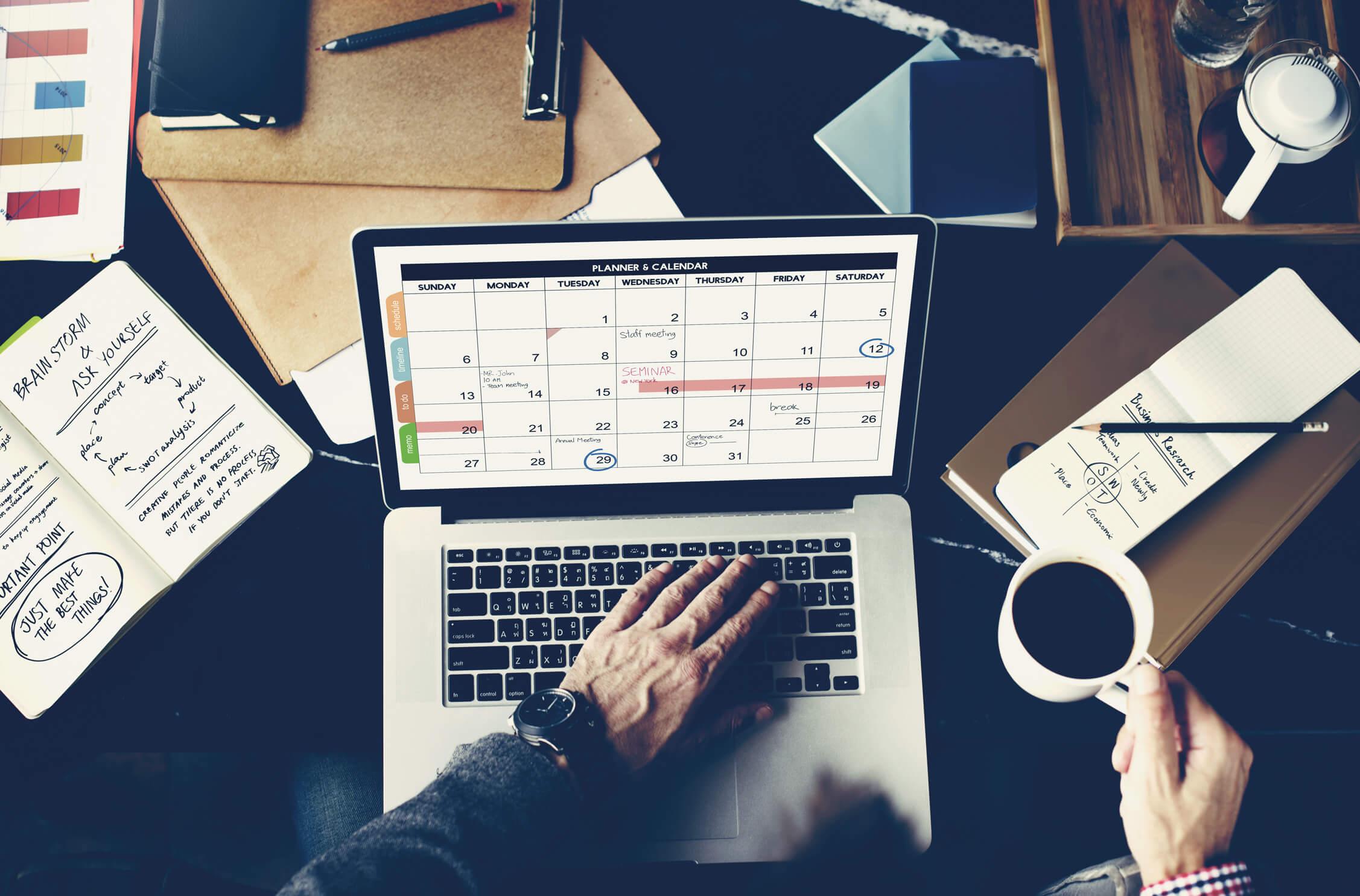 imagen para blog de un ordenador con un calendario y los días de la semana y fechas en inglés_blog imagen